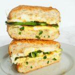 kanapka na ciepło z jajkiem i awokado