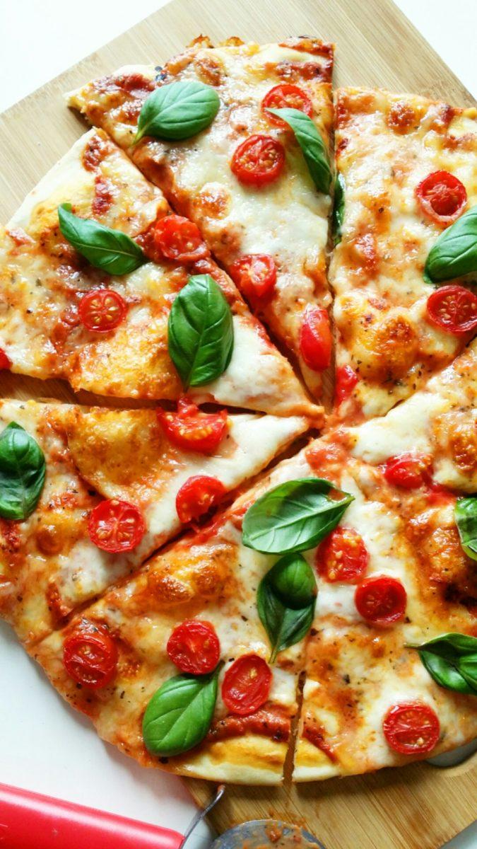 pizza margheritta z pomidorami