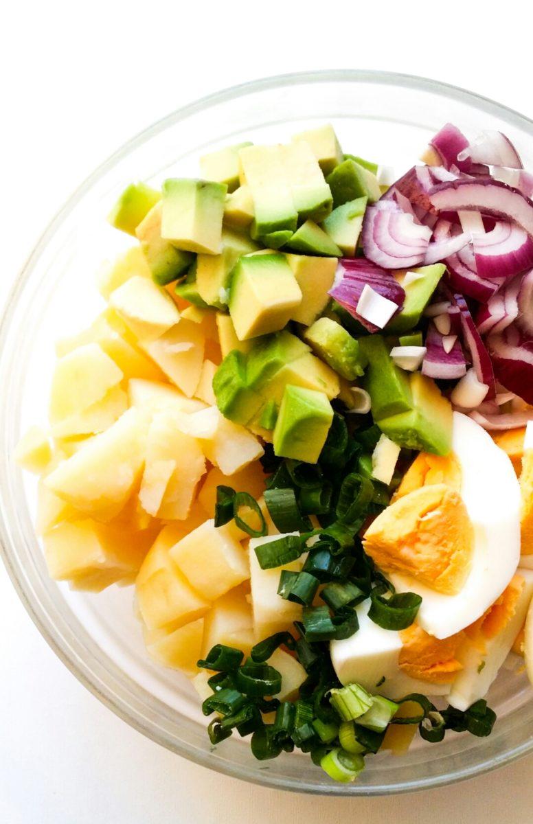 Ziemniaczana sałatka z jajkiem i awokado