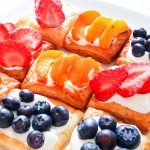 mini tartinki z serkiem i owocami