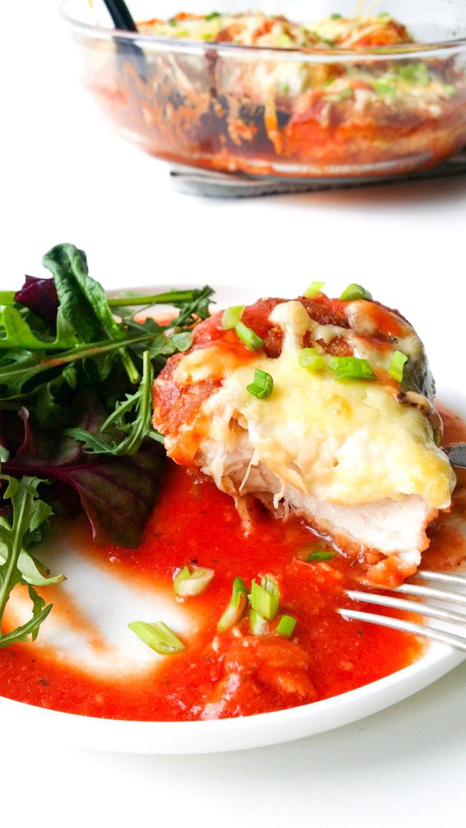 Pomidorowy kurczak zapiekany z mozzarellą