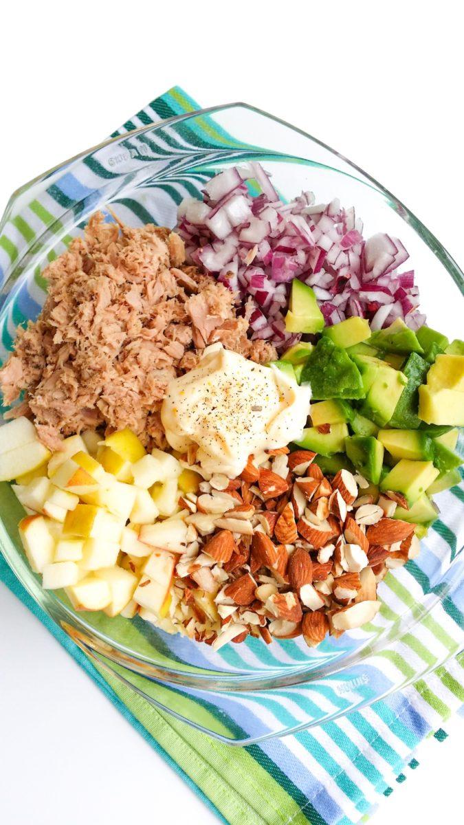 Sałatka z tuńczykiem awokado i migdałami