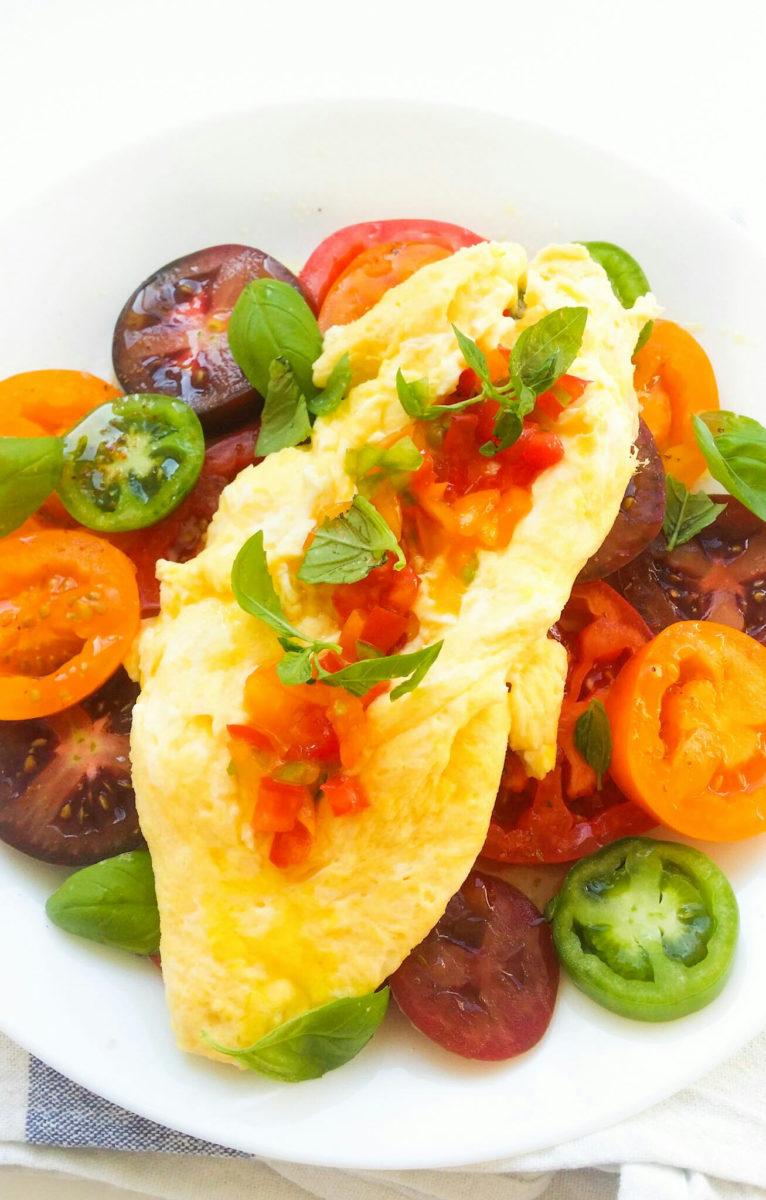 Delikatny omlet na sałatce z pomidorów