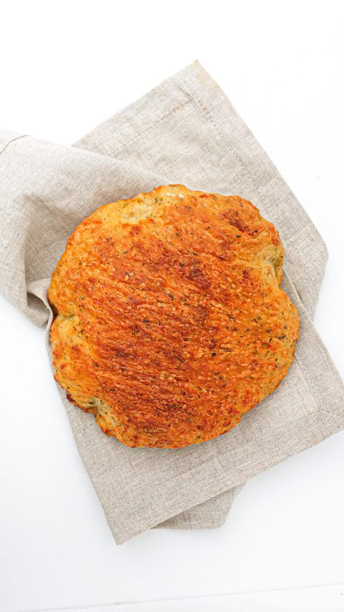 chleb z serem cheddar i tymiankiem, możesz go upiec z 5 prostych składników!