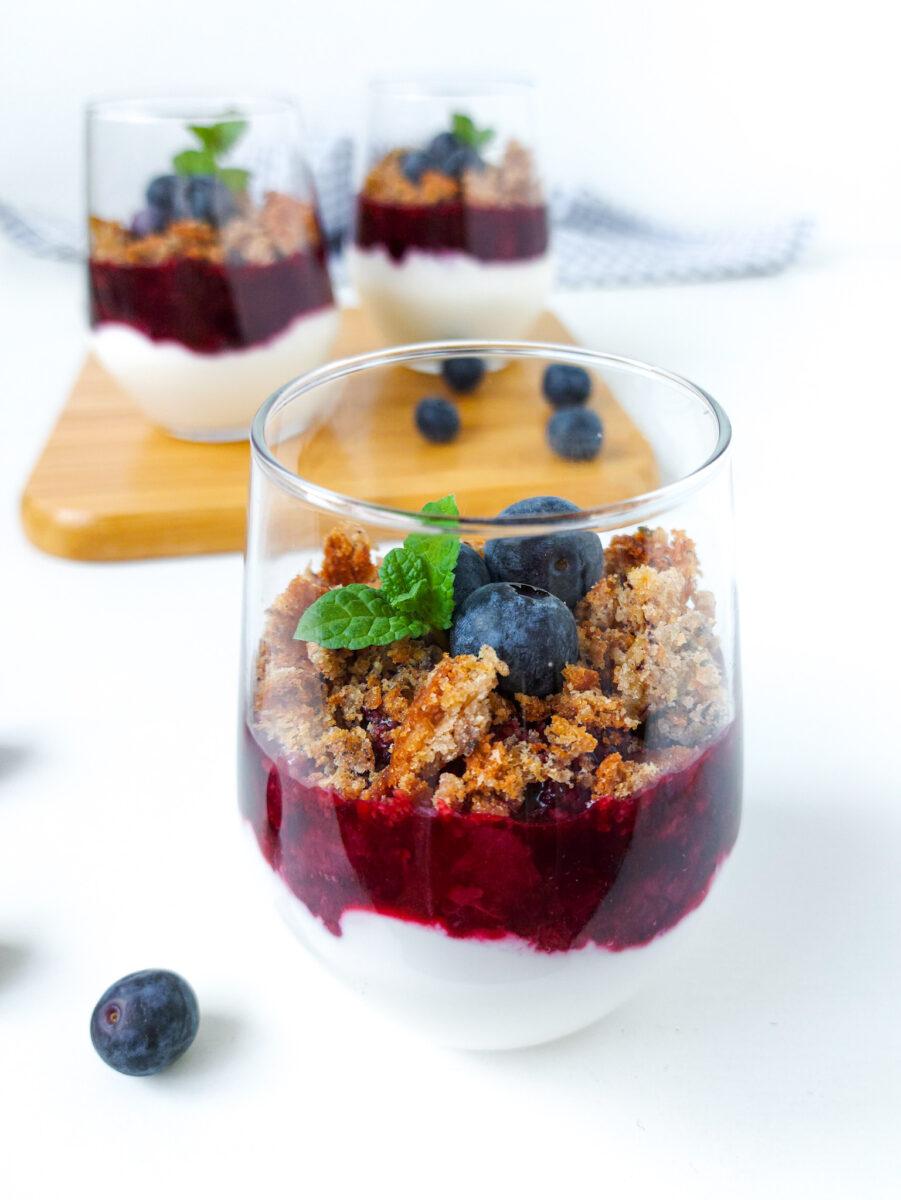 jogurt z owocami i resztkami ciasta